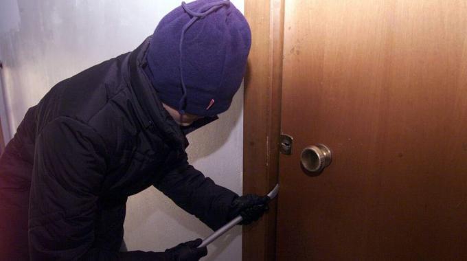 Sorpresi a rubare in casa, arrestato un ladro e denunciato un minore