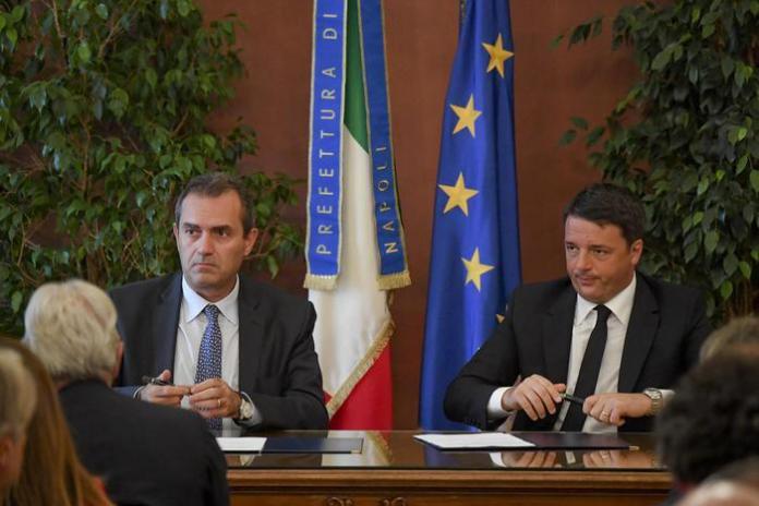 Il premier Matteo Renzi e il sindaco Luigi De Magistris firmano in Prefettura il Patto per Napoli