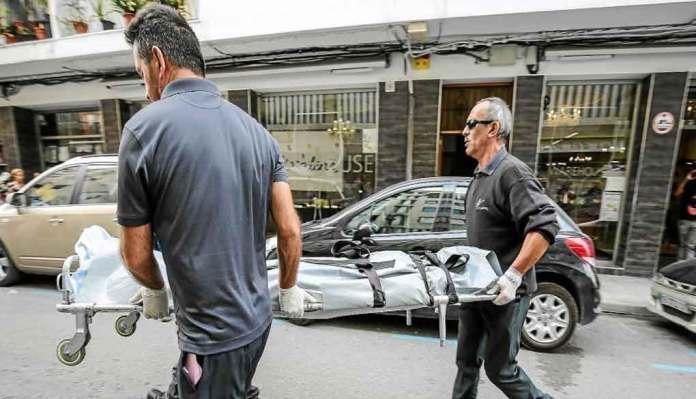 Il cadavere dell'italiano viene portato via a Ibiza