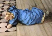Una statua danneggiata in una Chiesa di Roma