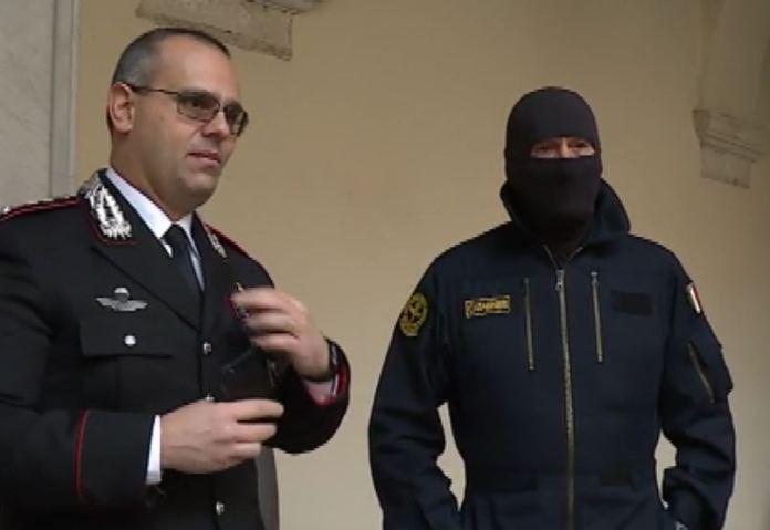 Il colonnello Fabio Ottaviani comandante provinciale carabinieri di Cosenza accanto al comandante Alfa del Gis