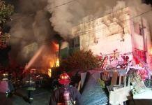 Incendio al rave party a Oakland, l'edificio in fiamme