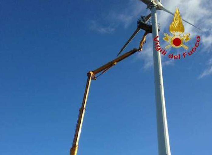 Operai bloccati su una pala eolica salvati dai Vigili del fuoco