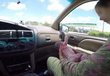Donna costretta a partorire in un'auto fatta entrare in sala d'attesa