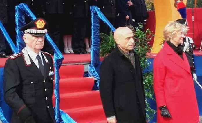 Da sinistra Tullio Del Sette, Marco Minniti e Roberta Pinotti alla cerimonia di istituzione del 14° battaglione dell'Arma dei Carabinieri