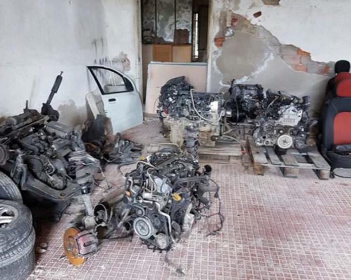Le parti di autovetture sequestrate a Cassano