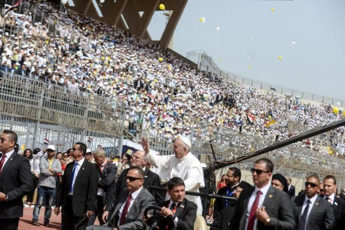 Papa Francesco all'Air Defense Stadium al Cairo, in Egitto.