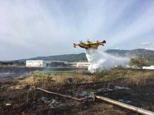 Un Canadair riversa acqua sullo stagno dell'ex Legnochimica