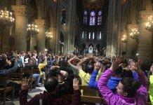 fedeli nella Cattedrale Notre Dame Parigi