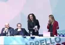 Giorgia Meloni presenta alla platea di Fratelli d'Italia a Trieste il neo ingresso di Wanda Ferro