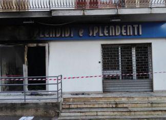 Una bomba ha devastato, a Nicotera, il negozio Splendidi e splendenti che avrebbe dovuto aprire a breve.