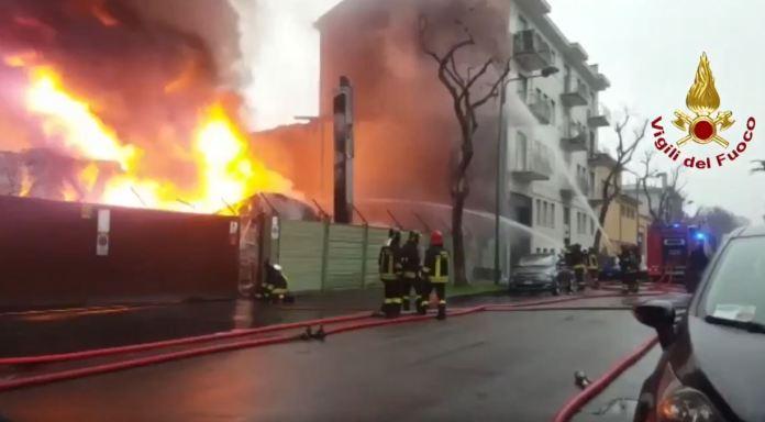 Cartiera in fiamme a Cologno Monzese: No fumi tossici