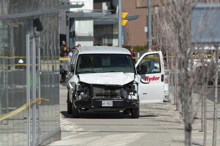 Toronto, furgone sulla folla: diversi morti. Le immagini dell'arresto del guidatore