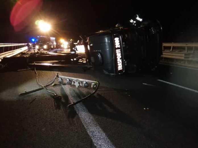 Autoarticolato si ribalta su autostrada, un ferito