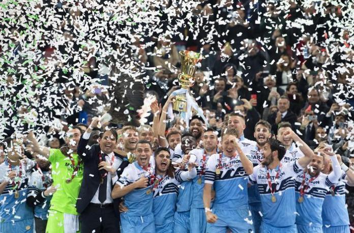 La Lazio festeggia la vittoria della sua settima Coppa Italia (Ansa)