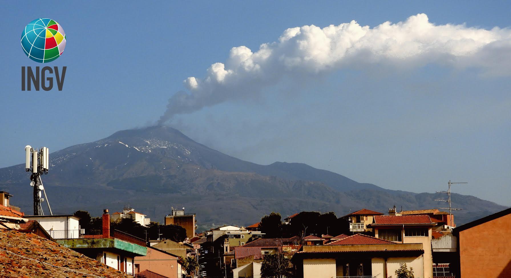 Si risveglia l'Etna, nube alta fino a 5 km, cenere e modeste colate di lava