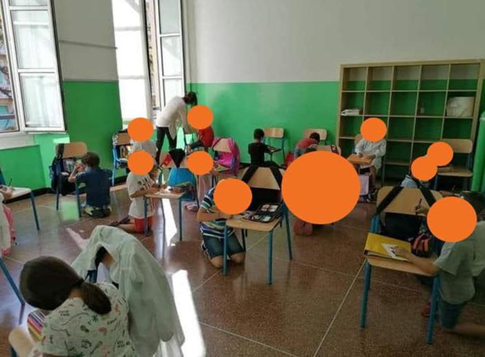 Scuola, Azzolina getta i banchi buoni per quelli in plastica. E i bambini stanno in ginocchio