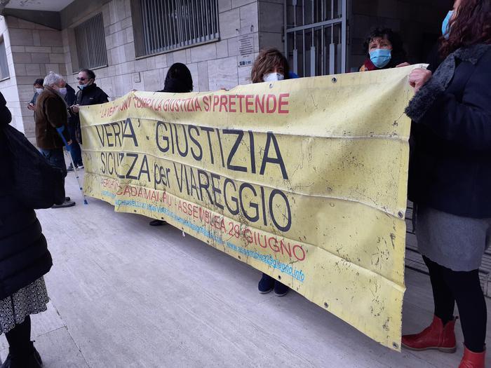 Strage alla stazione di Viareggio, prescritto l'omicidio colposo. La rabbia dei parenti