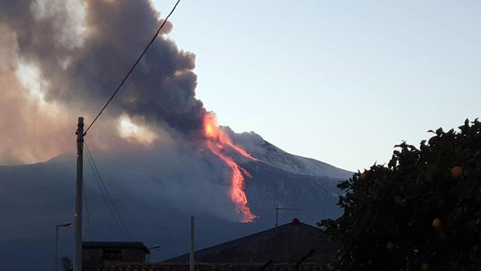 Spettacolare eruzione dell'Etna, colate di lava e alte colonne di fumo