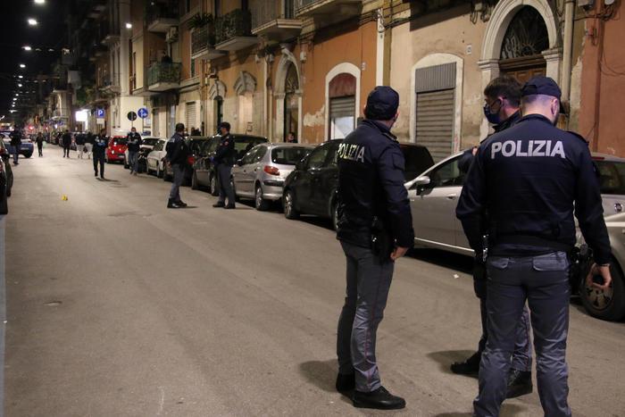 """Omicidio a Bari, confessa ragazza 17enne: """"L'ho ucciso per difendere me e mia madre"""""""