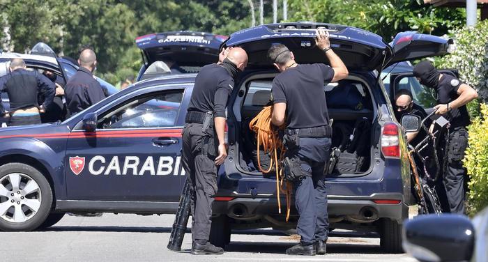 Strage vicino Roma: uccide due bimbi e un anziano, poi si barrica in casa e si suicida
