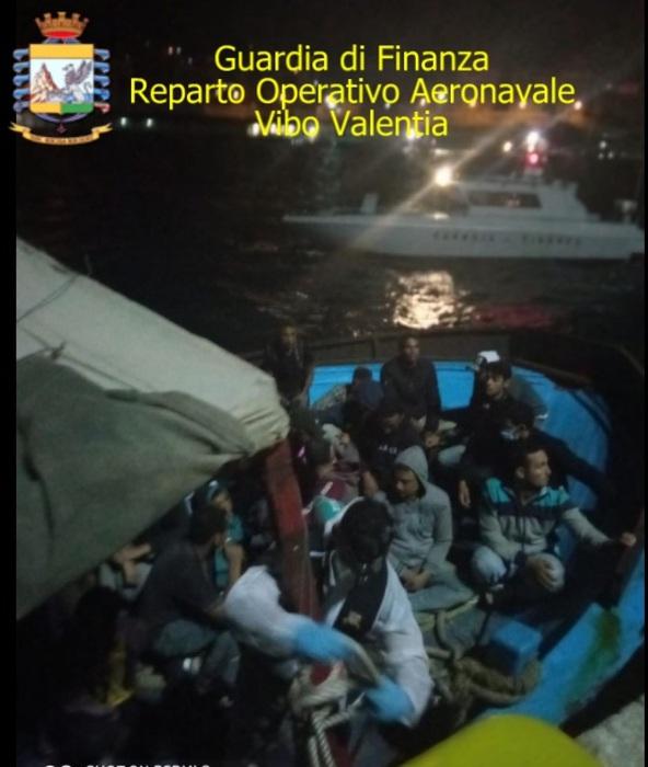 Peschereccio con a bordo 78 migranti intercettato nel reggino
