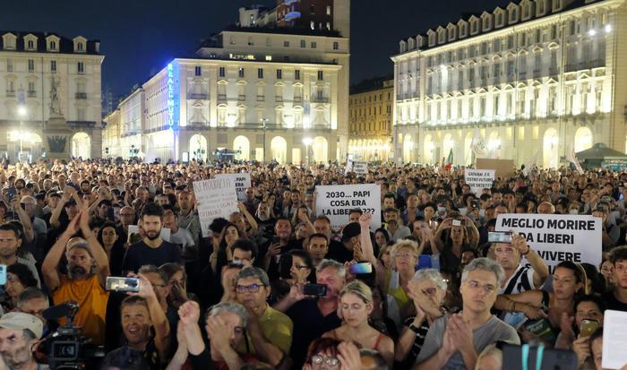 """In migliaia a Torino contro il Green Pass e i vaccini sperimentali: """"Non siamo cavie"""""""