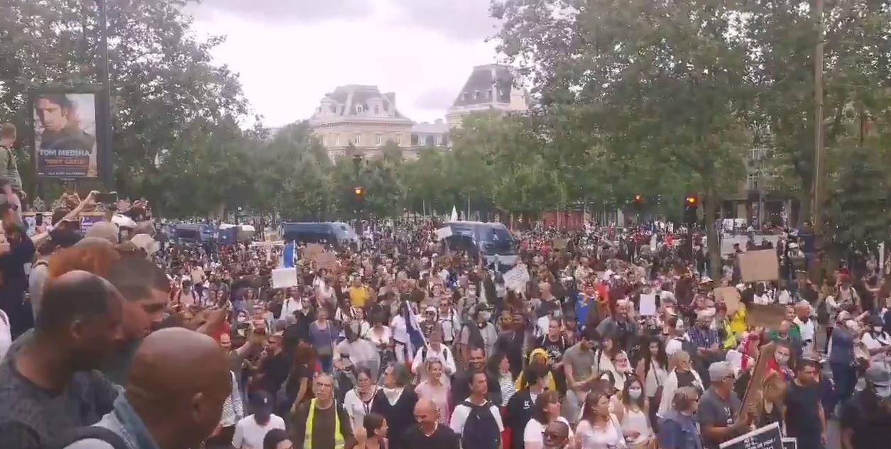 No al Green pass e all'obbligo vaccinale, migliaia di francesi assediano la Bastiglia