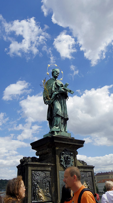 halo saint on charles bridge