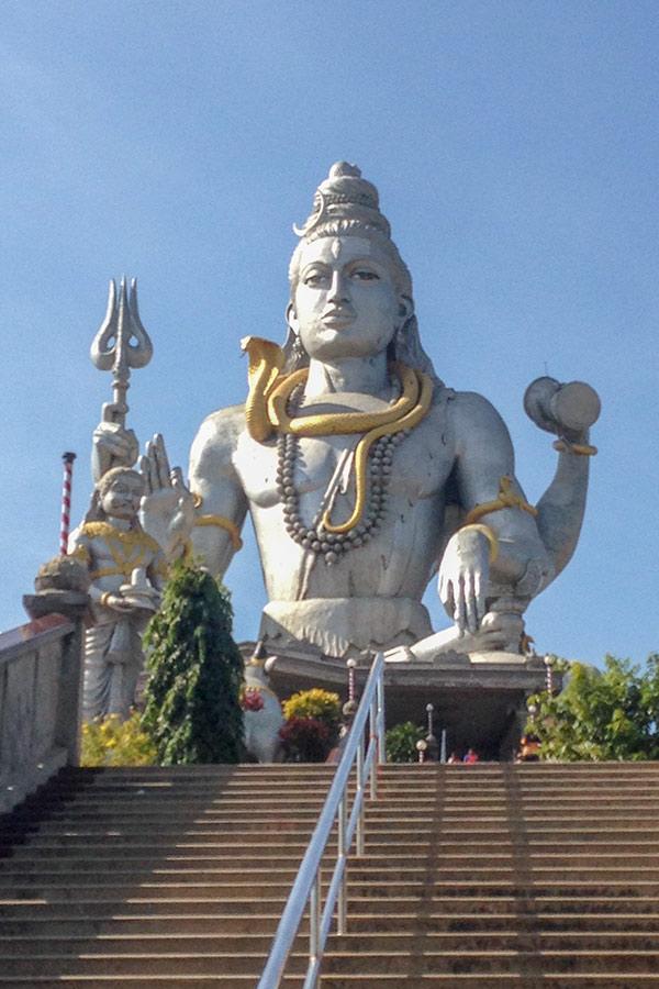Храм Мурудешвара и 37 метровая статуя Шивы