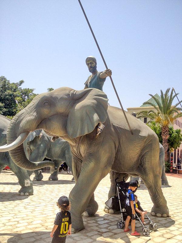 Мужчина на слоне с копьем