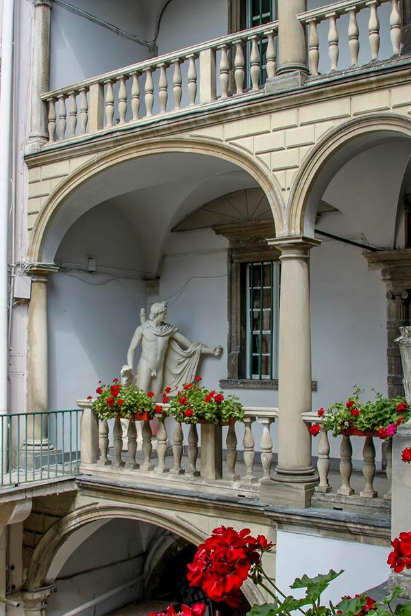 Статуя в итальянском дворике