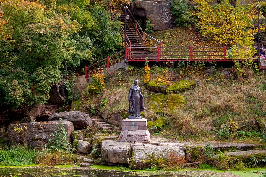 Древлянский парк в Коростене памятник Ольге