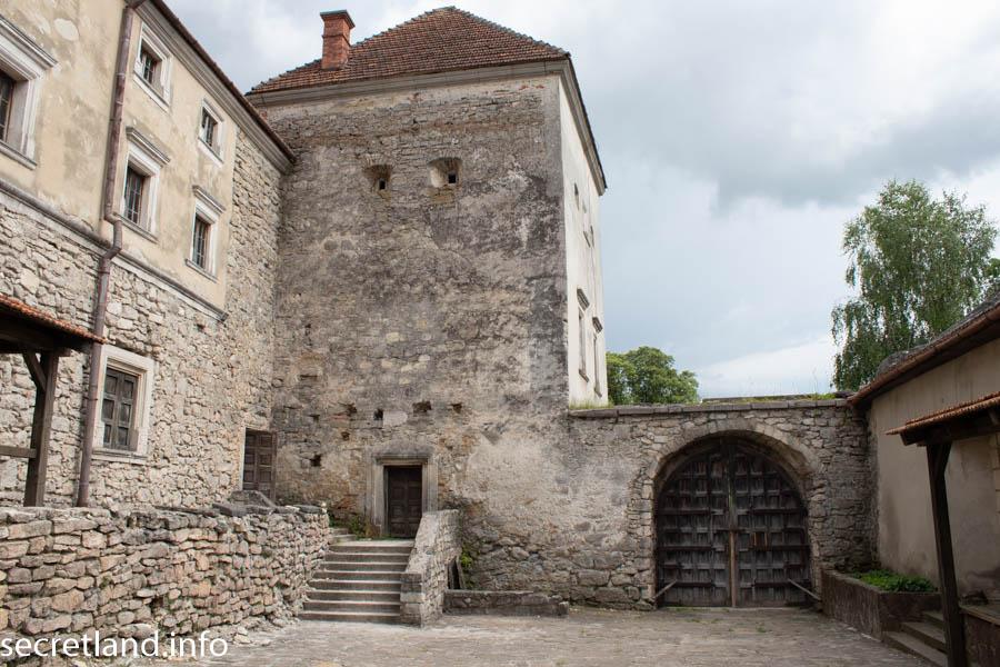 Внутренний двор Свиржского замка