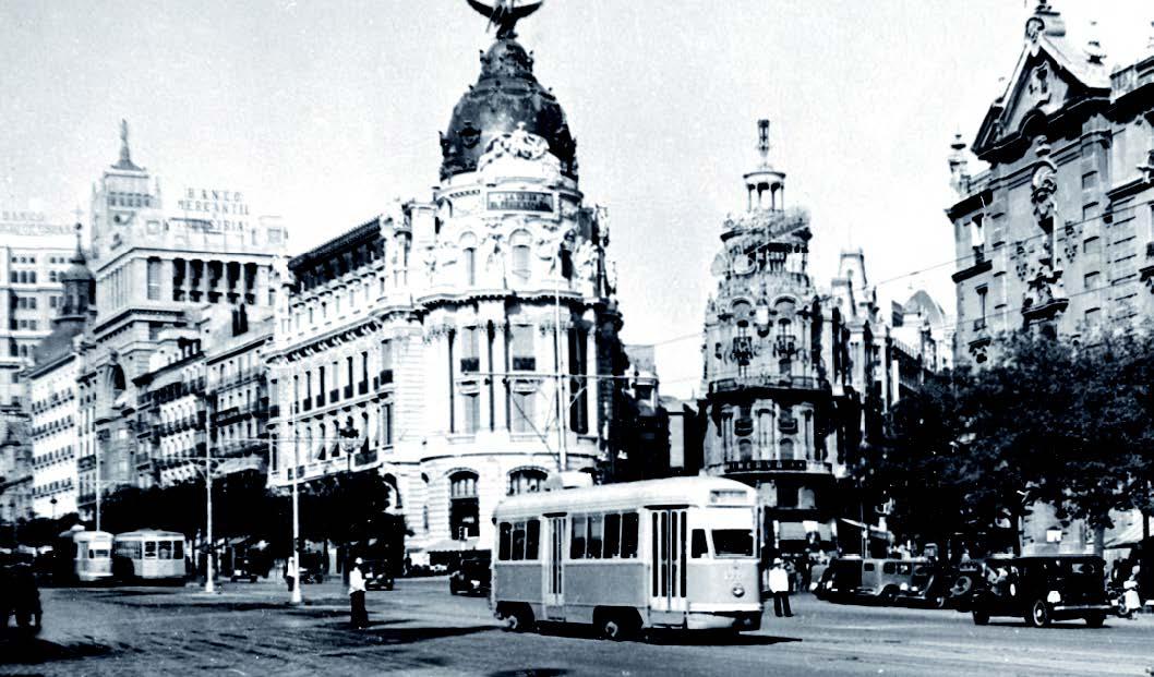 Tranvia pasando por el Metrópolis, Madrid