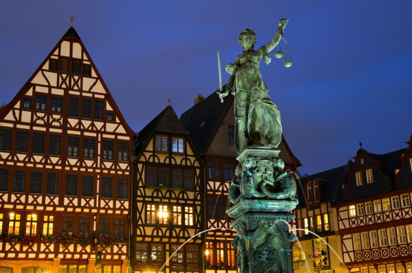 Medieval-Timberframe-houses-and-Lady-Justice-in-Frankfurt-Germany