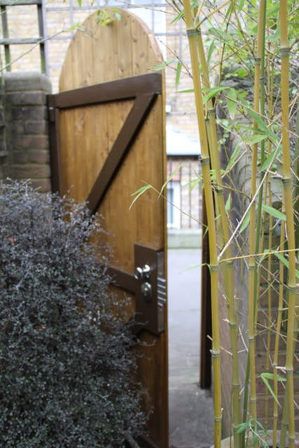 Timber-effect side security gate with multi-point locking system