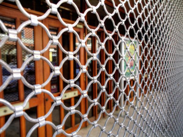 Protection d'un local commercial : grille métallique articulée ou cobra ?