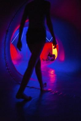 Uma galera vem se esconder do calor nesses túneis de luz.