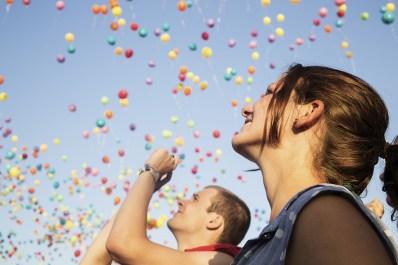 Milhares de balões de todas as cores cobrem o céu azul da Ilha.