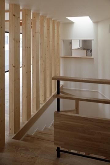 201 階段の向こうにキッチンの小窓