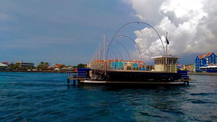 how does the queen emma pontoon bridge work? what is a pontoon bridge what to see in curacao in 4 days best attractions in curacao