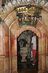 Entrance to the Chapel of the Angel, with the tomb chamber beyond the pedestal with candles (Diego Delso / Wikimedia)