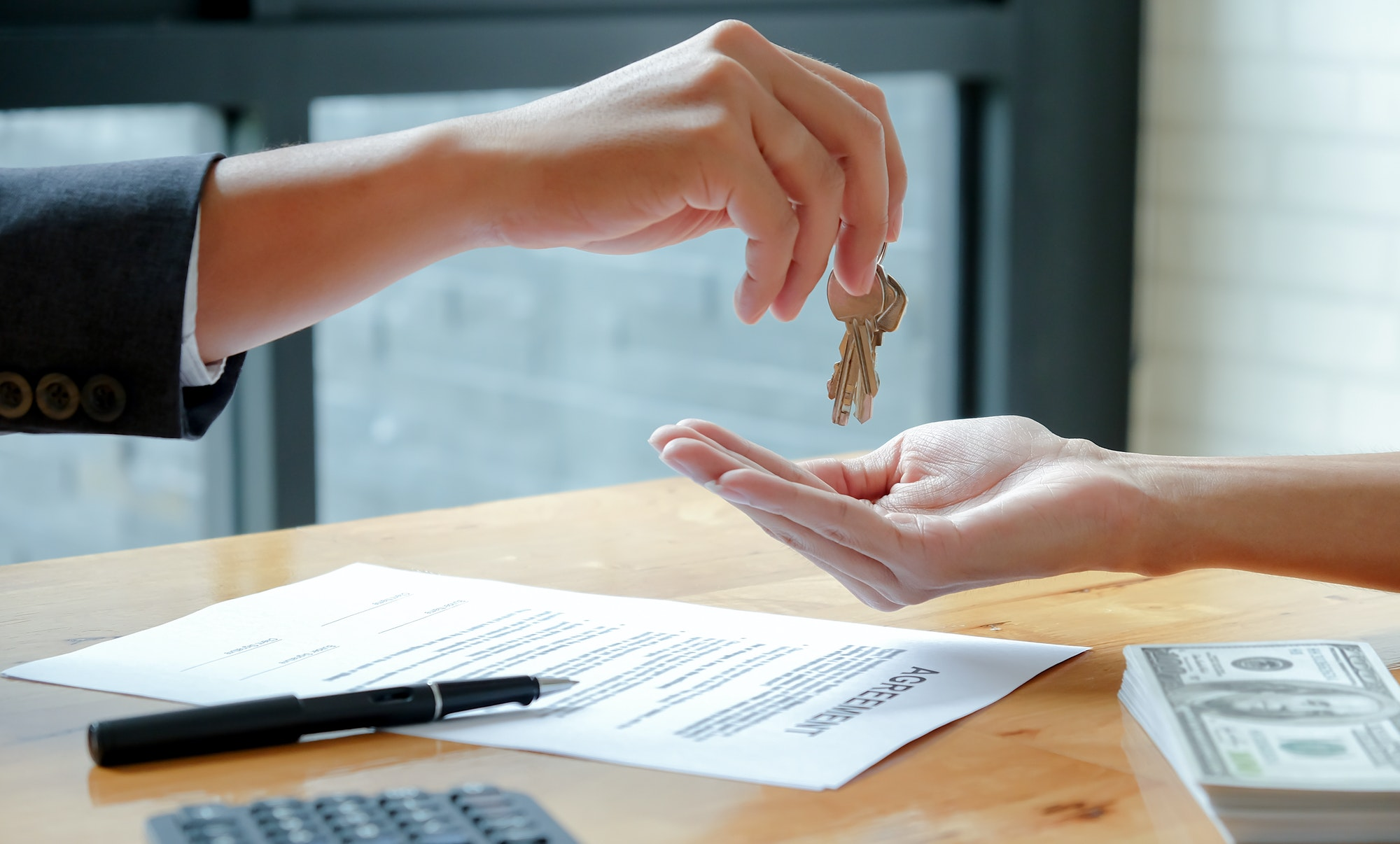 The house broker sends the keys to the customer after signing the contract to buy the house.
