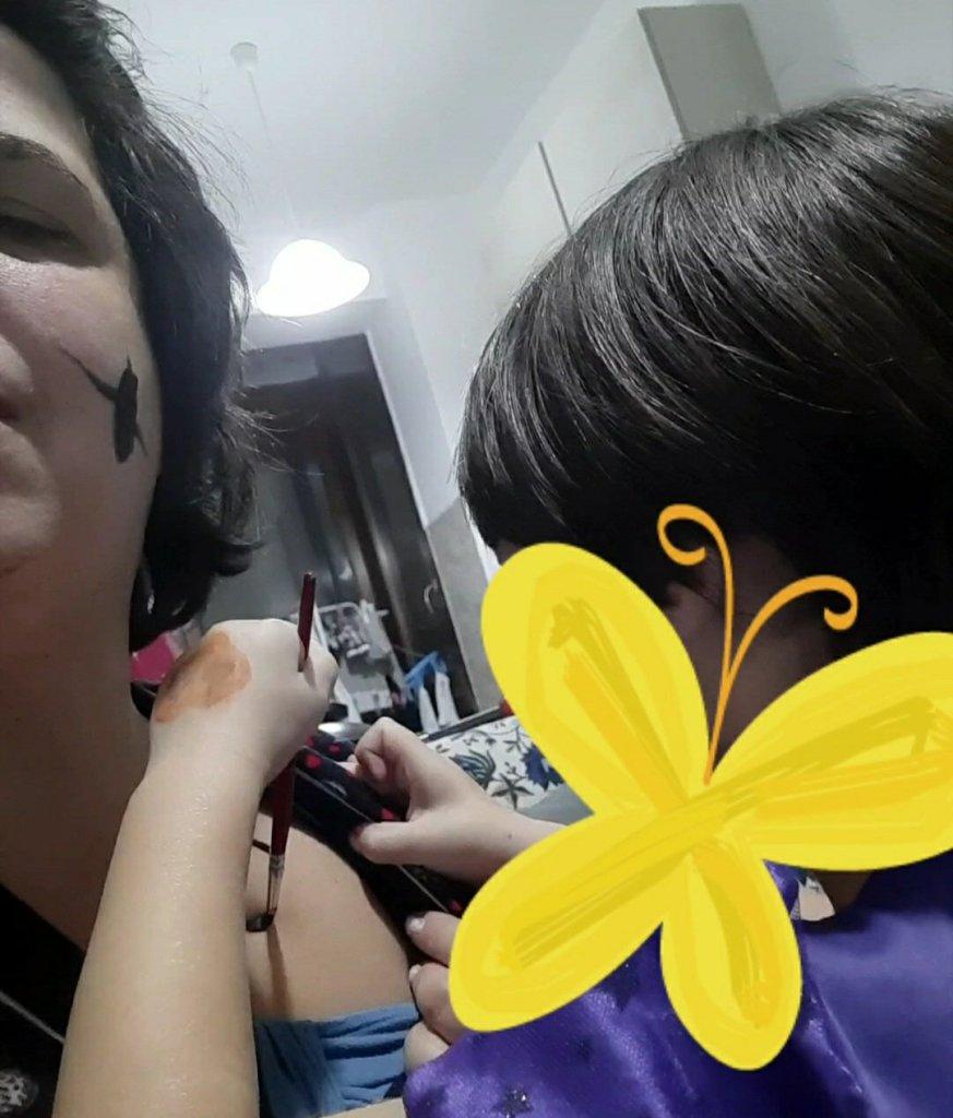 Mia figlia dipinge su di me