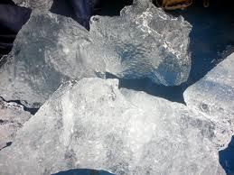 Blocchi di ghiaccio cadono dal cielo