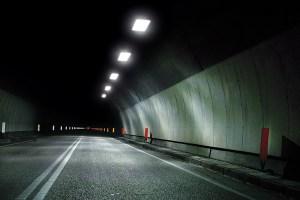 UFO provoca incidente stradale e sparisce in un tunnel
