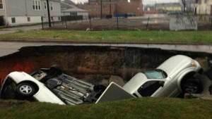 Paura a Chicago, tre auto sprofondano in una voragine!