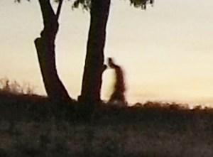 Figura spettrale ripresa in un cimitero
