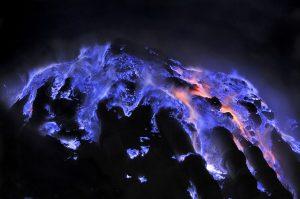 Indonesia, il vulcano Kawah Ijen erutta lava blu